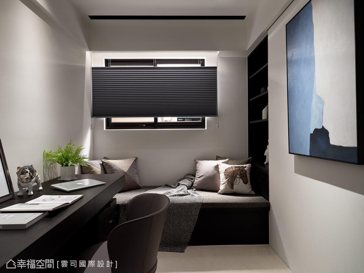 倚窗加入臥榻設計,增添了舒適感及休閒感,讓書房不只是書房,也可成為休息、小睡片時的地方。