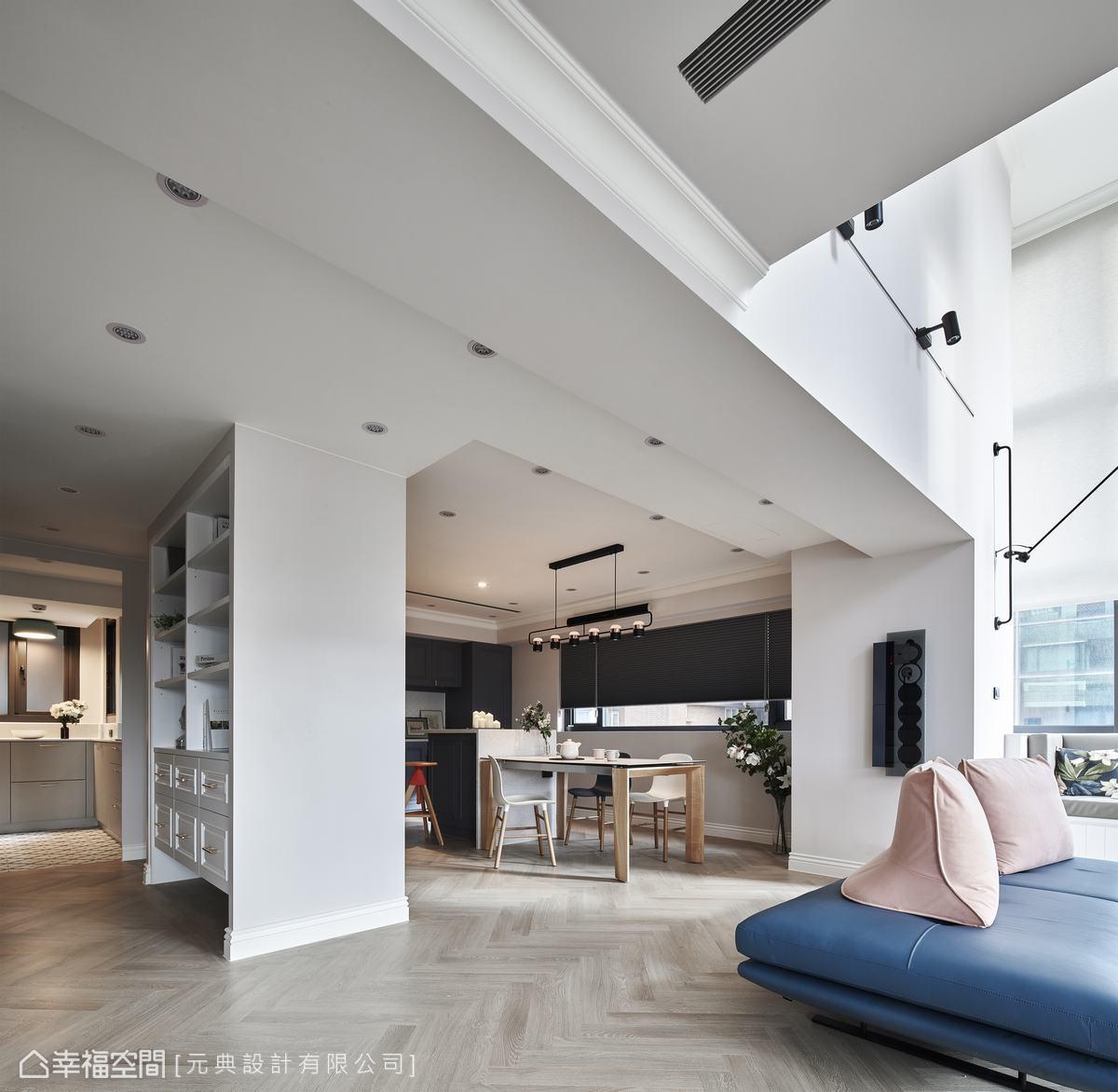 餐廚區規劃成雙動線的模式,隔間櫃體可雙面使用,通往廚房的走道旁作為書櫃使用,既能節省空間也更方便拿取置放。