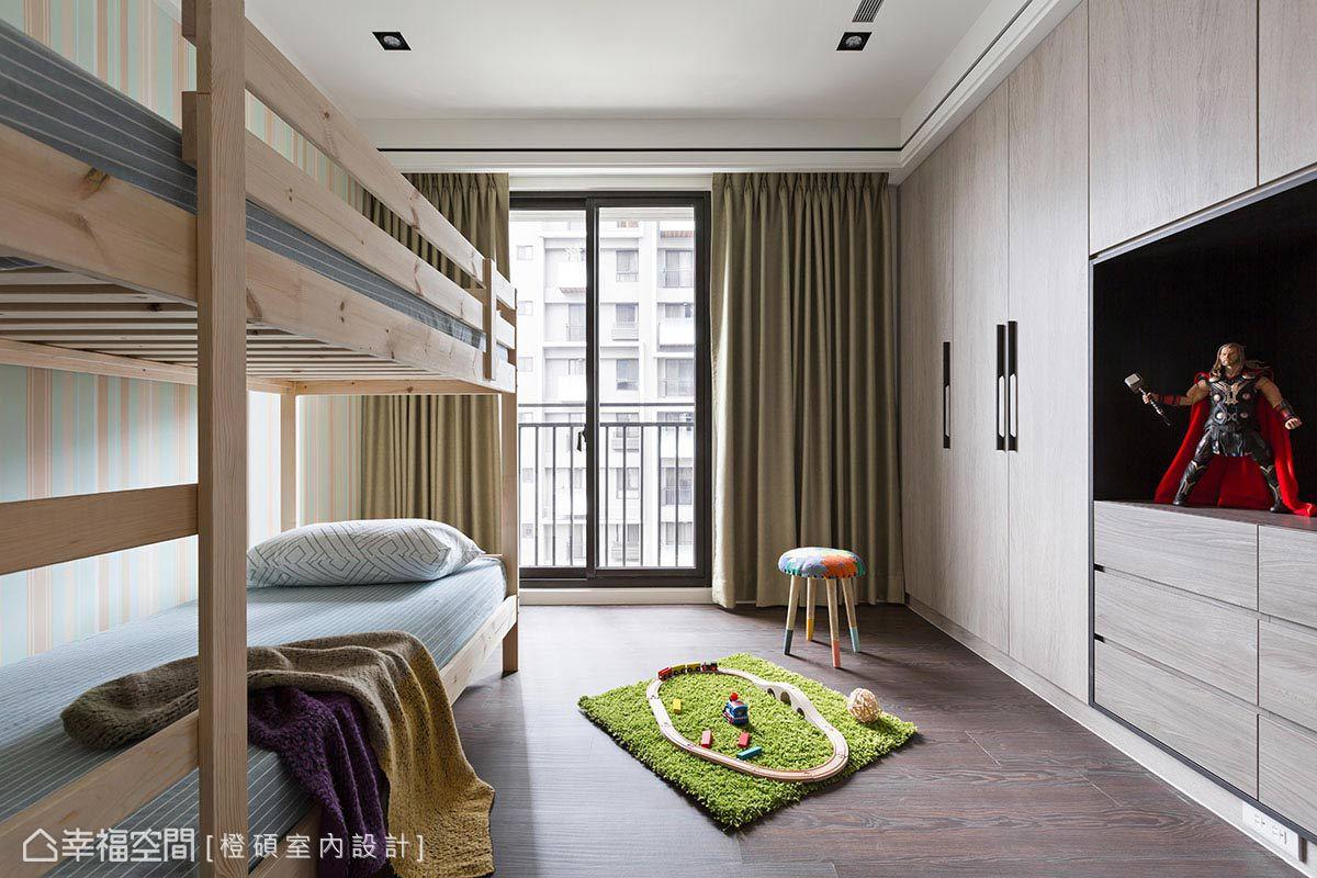 將衣櫥與電視牆結合,避免佔用過多空間,刻意不做滿的設計,預留日後彈性變化的可能性。