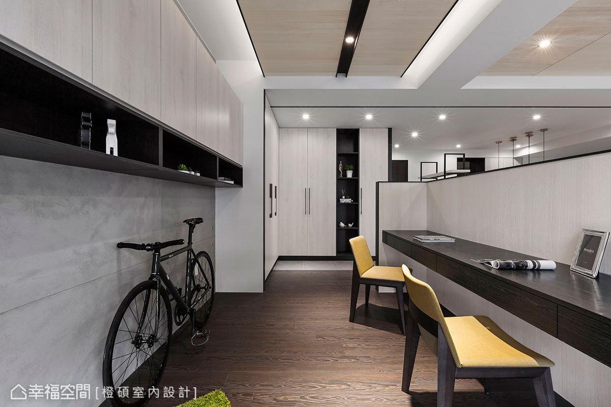 仿清水模牆設置吊櫃避免佔用空間,下方懸空形成一塊閒置段落,平時成為小朋友遊戲區,還可以停放屋主騎乘的單車。