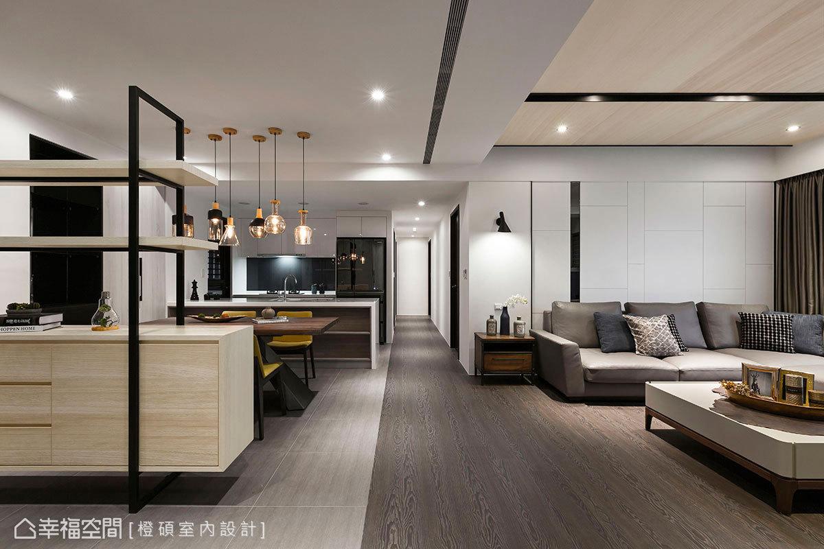 客廳與餐廚區分別散落於兩條軸線上,利用木地板和磁磚形成場域界定,同時提升溫馨感和清潔方便性。
