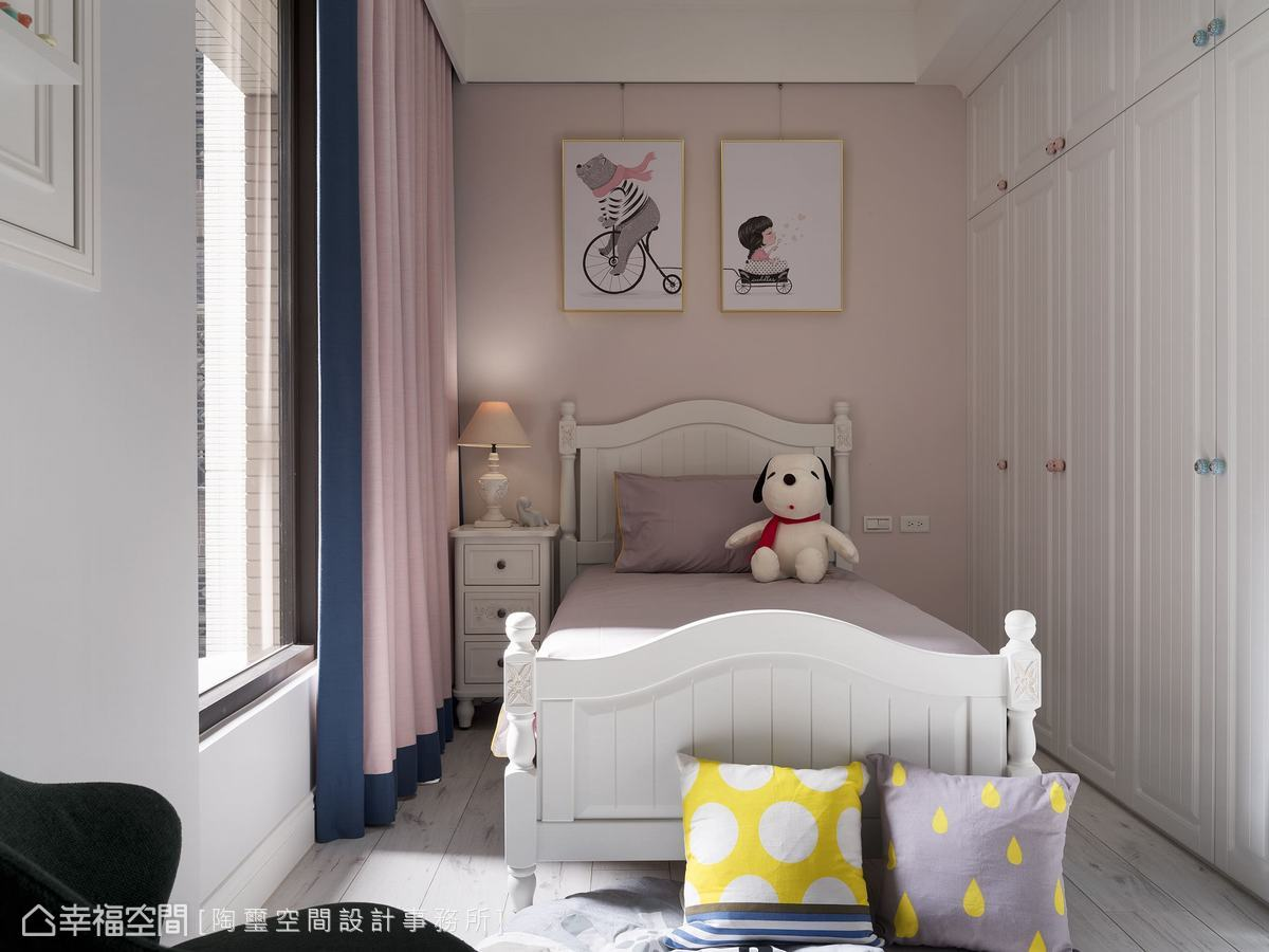 姊妹倆雖共用一個房間,但設計師還是依照不同的性格,為妹妹粉刷了粉色系床頭牆搭配粉色窗簾,當然也規劃了女孩們的衣櫃,創造出專屬於小女孩的粉甜時光。