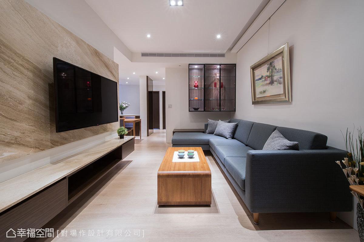 降低使用木作機會,施作大理石電視牆,和玻璃展示櫃做為入門端景,讓室內無多餘裝潢造型。