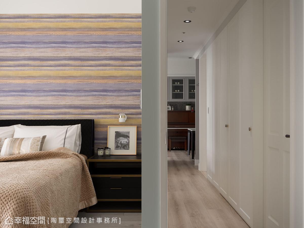通往私領域的廊道上,除了規劃主臥房與女兒房,還巧妙的設置一整面收納櫃,完善了屋主的生活機能。