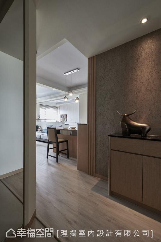 為視覺製造無限寬闊驚喜的玄關處,採用低調的灰搭配淺木皮的溫馨質感,展現特有的過渡空間美學。