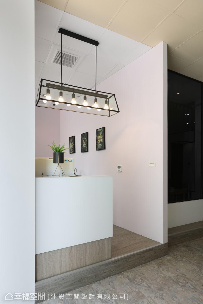 以一盞造型獨特的吊燈,帶出俐落時髦氛圍與存在感,也定義出場域。