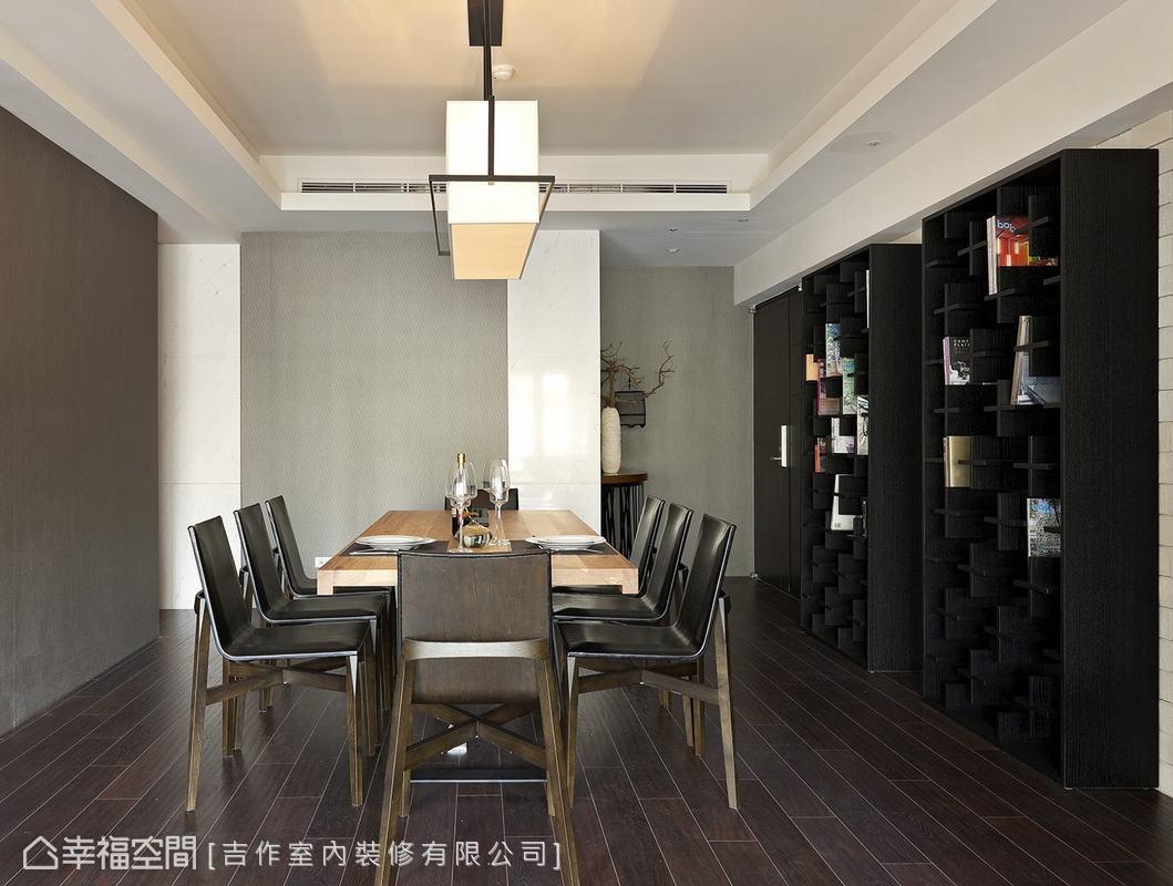 餐桌旁的展示櫃同樣採取十字間隔設計,於使用上更能隨心靈活運用;不論是作為書櫃、展示櫃,或是單純裝飾用。