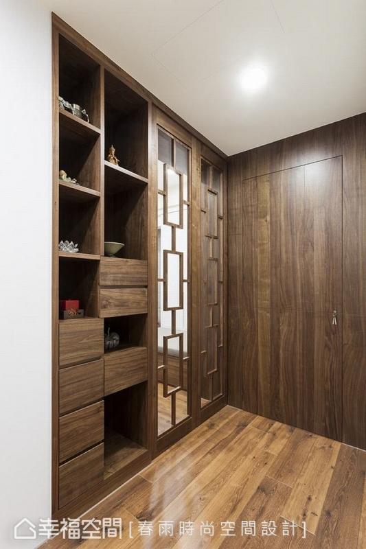 在佛堂入口設計胡桃木櫃體與門片,深色系木皮不刺激視覺,有助眼睛紓壓,開放式櫥櫃可擺設精緻的裝飾收藏品,密閉式抽屜可收納各式用具。