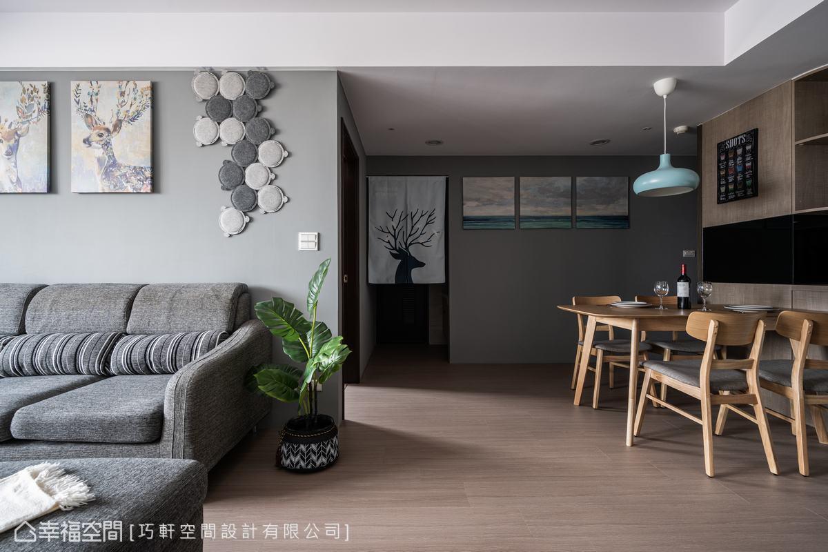 屋內鋪陳了淺色木作地板,與牆面淺色沙發背牆相呼應,明亮的採光為室內挹注陽光的線條。