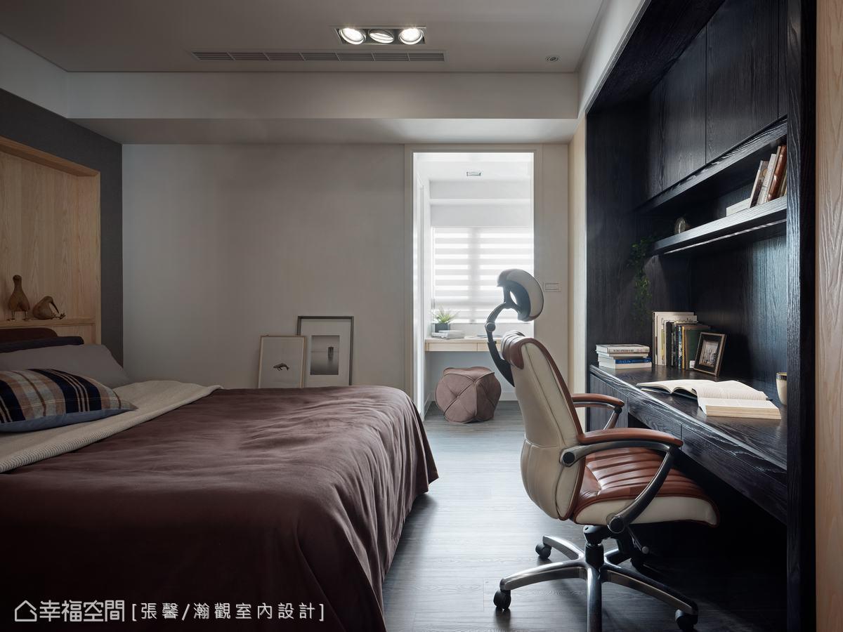 兒子個性獨立自主,喜歡現代感的線條及對比強烈的色調,設計師用了黑色、灰色搭配鋼刷木皮,融入溫暖的自然質感。