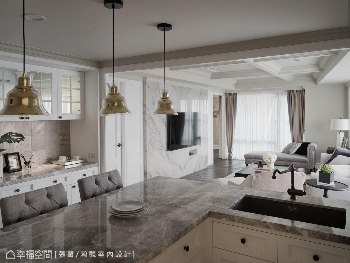 女主人想要有個備餐台、餐櫃,所以中島台旁配置了一個餐櫃兼備餐台,灰色花紋磚壁面,豐富餐廚區的變化。