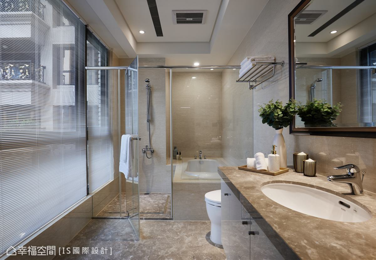 運用石材鋪敘乾濕分離的衛浴空間,烘托猶如置身飯店等級的高級感。