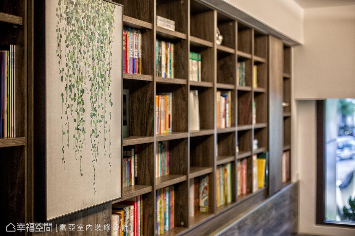 本區天花有一根40公分的橫樑,柯富霖設計師特別於下方設置書櫃,讓豐富的藏書可以經然有序的排列。