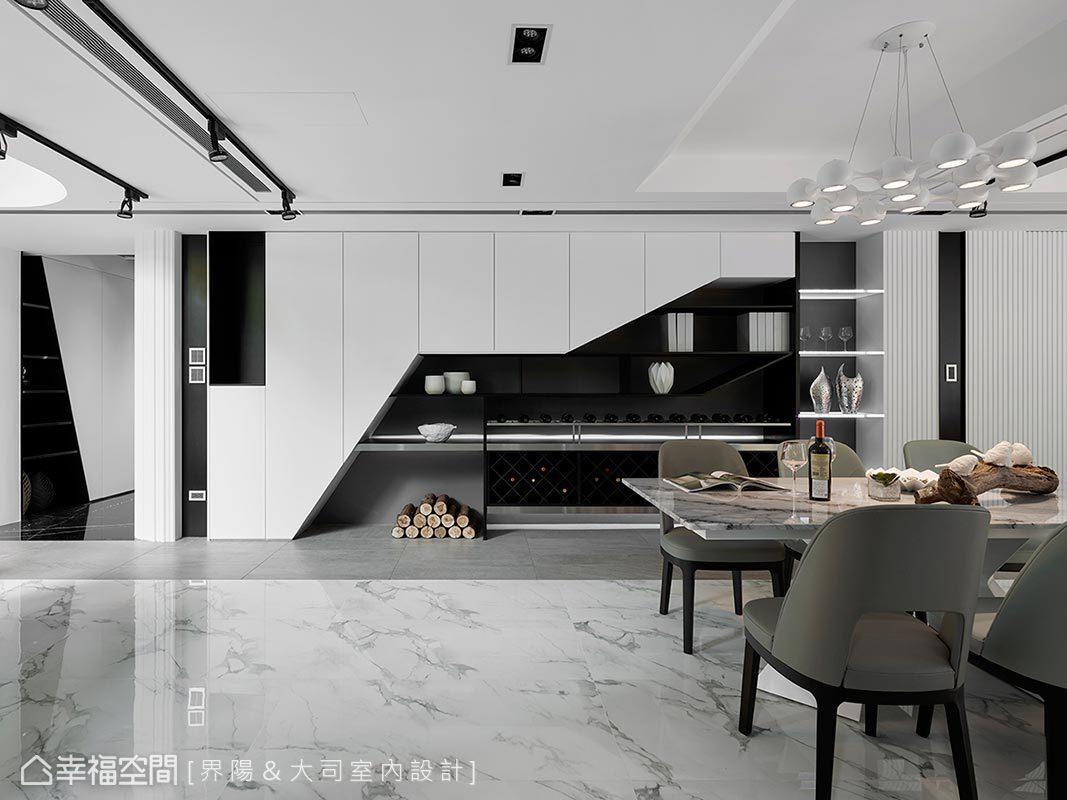 界陽&大司室內設計以擅長的黑白與線條造型,使立面兼具機能和創意美感,並堆砌木材平衡冷調,挹注適宜的居家暖度。