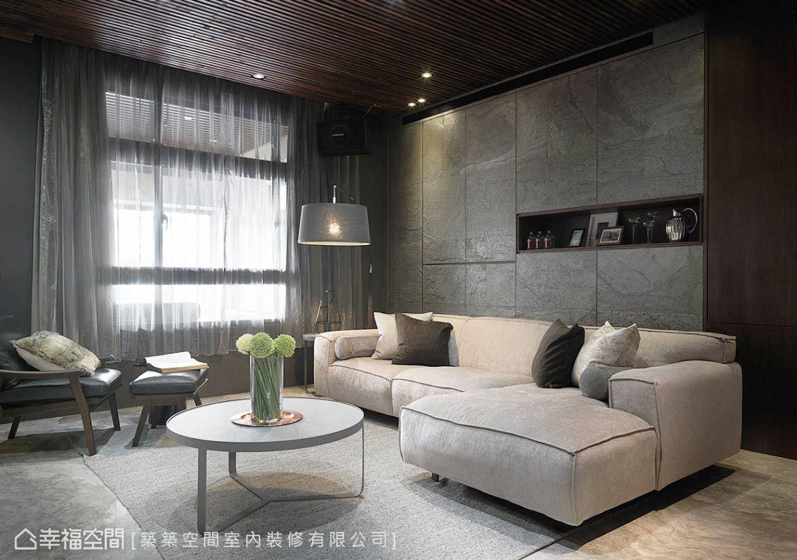 設計師林和昌以木質格柵天花搭配石材薄片背牆,鋪述客廳天壁及線面的關係。