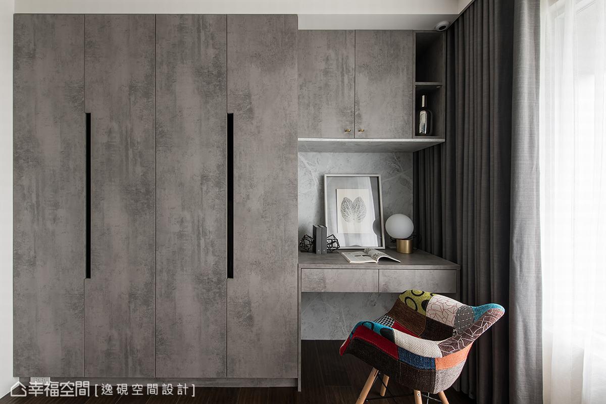 次臥室以淺灰色櫃體及書桌一氣呵成,讓空間不顯得沉重壓迫,活潑的彩色單椅為空間帶來畫龍點睛的平衡之美。