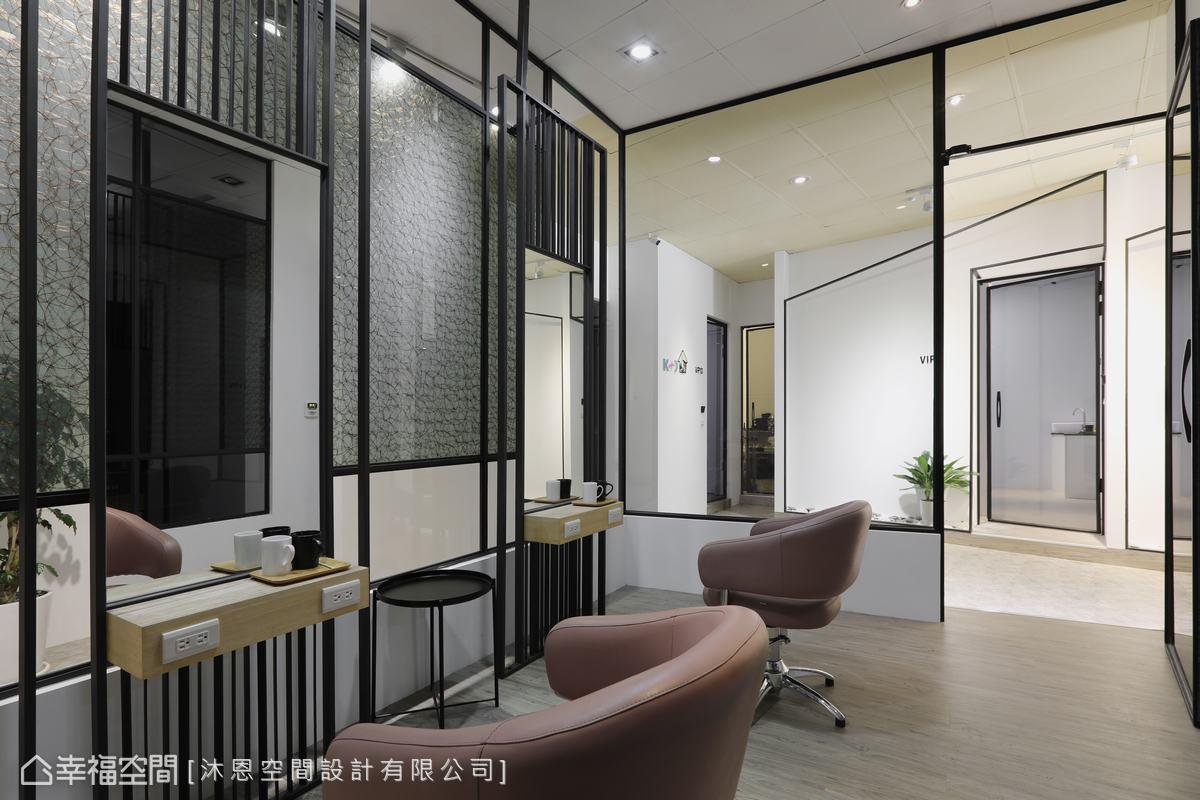 將原店的玻璃鐵件應用為包廂隔牆,形塑出玻璃屋概念,穿透又隱約,增添空間精緻感。