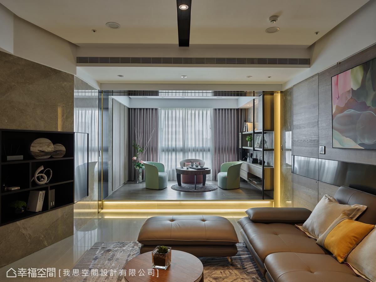 客廳與泡茶區上方有橫梁,設計師從壁面開始以鍍鈦金屬板向天花延展,中間鑲嵌燈帶延伸至下方,獨立場域並利用梁柱拉出立體線條。