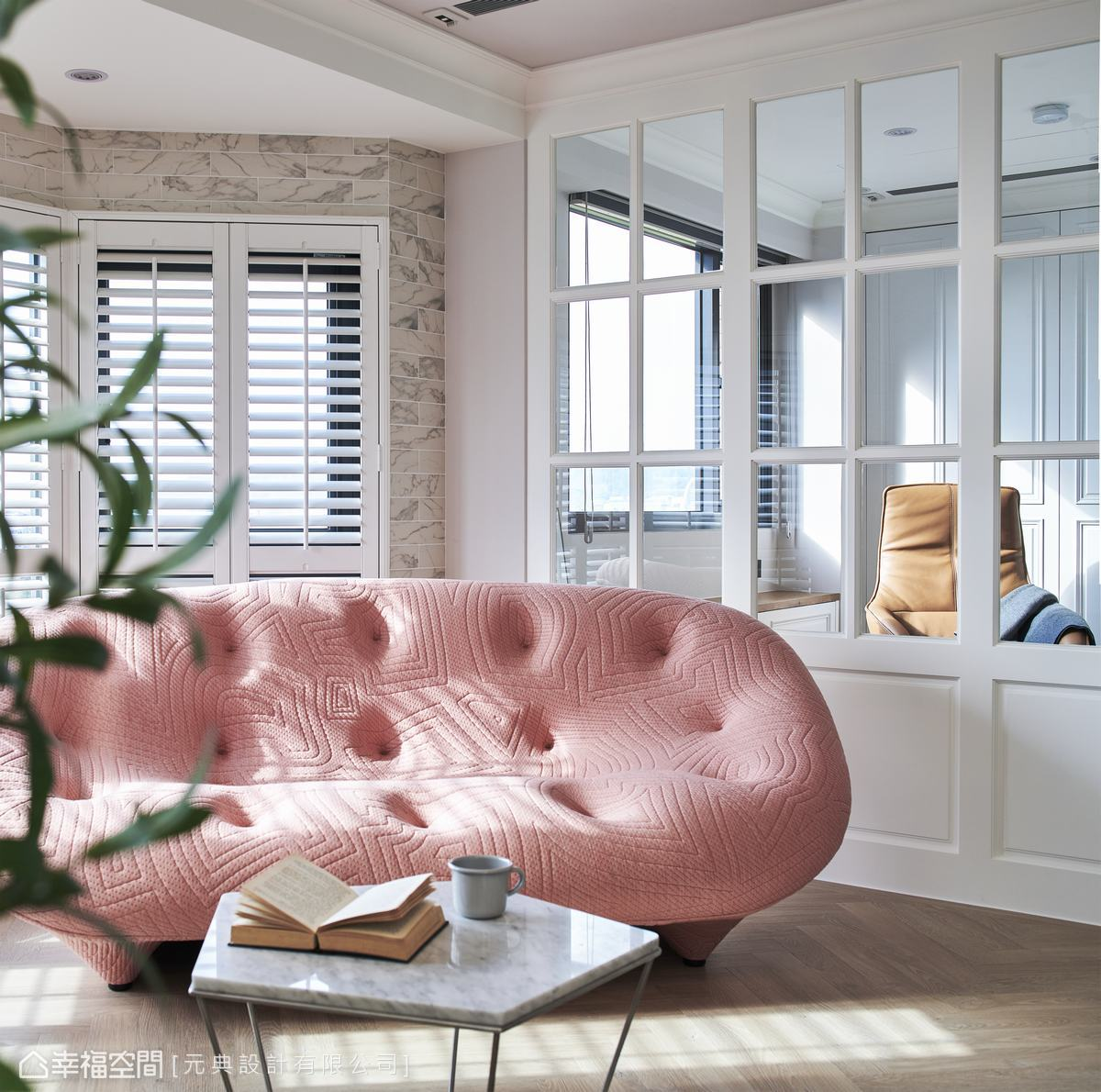 木百葉窗及線板的運用,伴隨著陽光灑落,憑添濃濃美式愜意感。