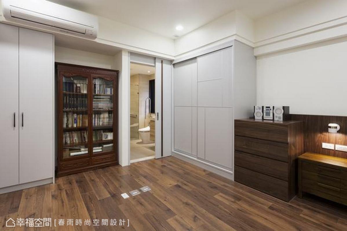 主臥室裡有白色的衣櫃與核桃木書櫃,賦予屋主收納各式物件,透明的玻璃櫃門片也能裝點書香氣息。所有家具邊角修成圓弧設計,照顧生活安全。