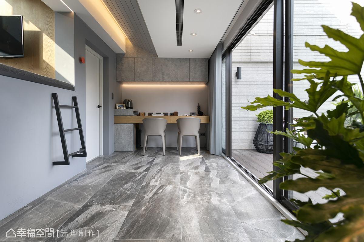 書桌區地坪以仿石材磁磚呼應建築整體質樸風格,精心打造的臥榻空間兼具觀星與休憩辦公功能,讓屋主坐擁不被打擾的夢幻基地。