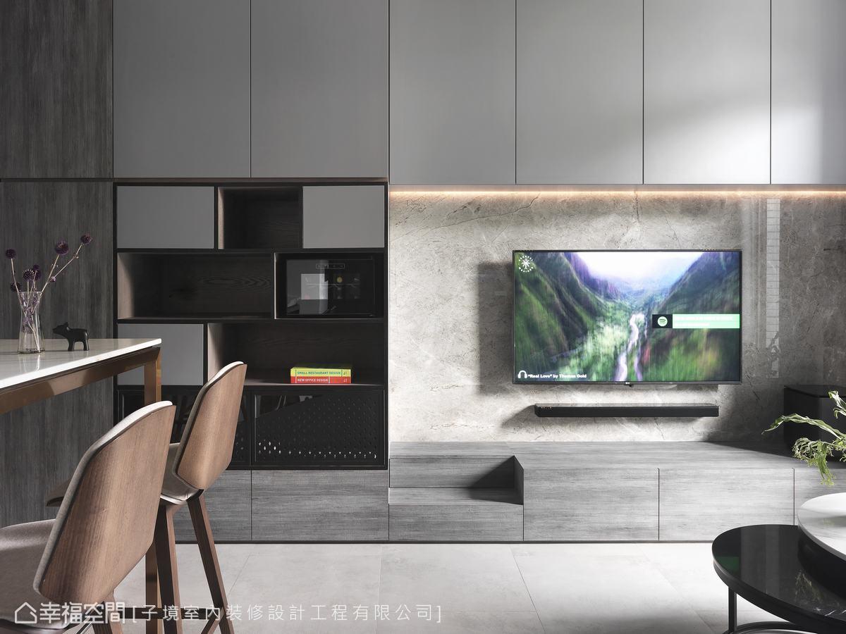 將貓砂盆及貓咪走動的階梯鑲嵌於電視牆內,維持洗鍊線條及乾淨整潔的生活空間。