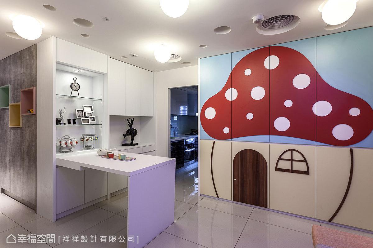 進入廚房前的牆面設置餐邊櫃,櫃體門片採摺疊設計,下拉後可變化成一張桌子,除了取代制式餐桌也立現用餐空間。