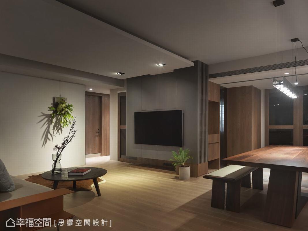 電視牆後方起居室以穿透茶玻解決隔音問題,並讓櫃體更加輕盈,不只營造平衡穿透視感,同時讓空間保有呼吸餘裕。