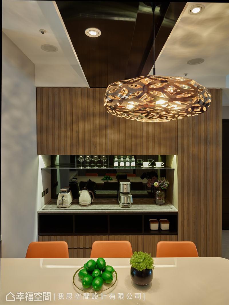 備餐台的檯面為大理石,上方層板以不鏽鋼搭配黑鏡,下方則穿插開放式收納。