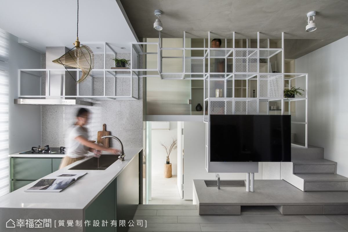 白色方形展示架既可擺放物品,同時能當作樓梯扶手,下層空間則作為洗手台的鏡面收納櫃。
