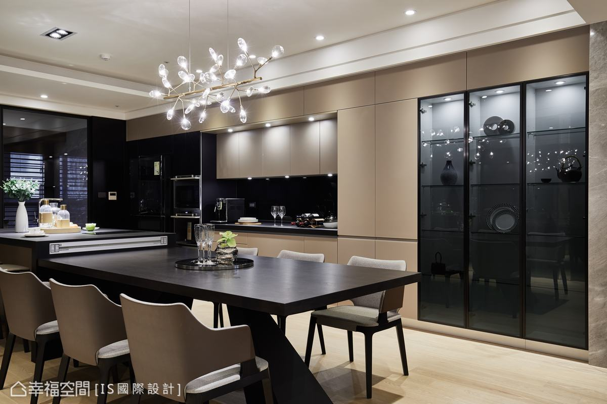 餐廳一旁電器櫃不僅延展視覺,素雅的米色調搭配灰玻櫃體,兼具美型與收納機能。