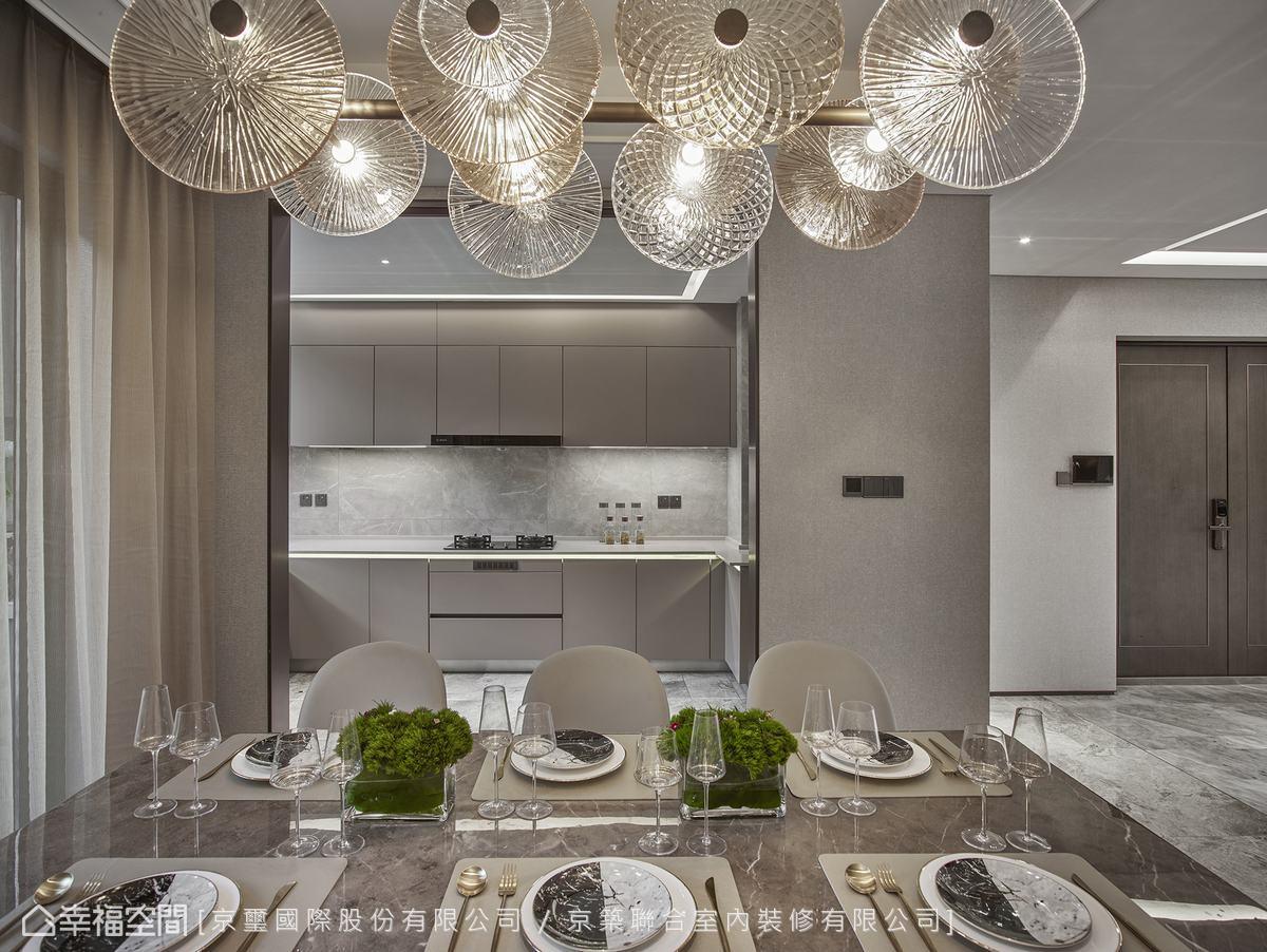 以對稱式金屬玻璃拉門劃分場域,維持通透視感及視覺互動性,創造美好餐敘體驗。