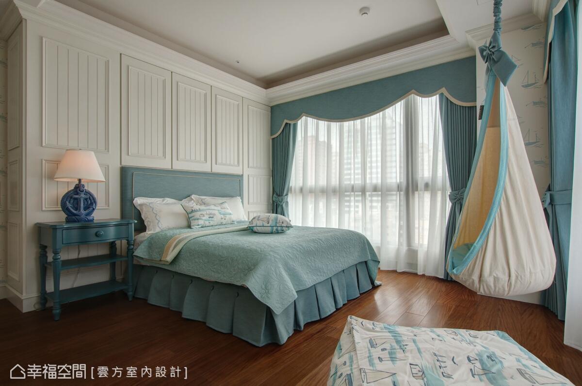 雲方室內設計在大女孩房的規劃上,以水藍調性的海洋風為題,並裝置一張鞦韆吊椅,徜徉其中、揮灑設計的想像力。