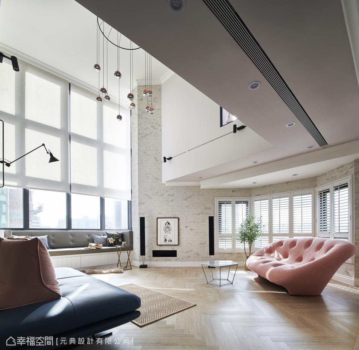 挑高的景觀窗配置電動捲簾,窗邊的結構畸零處做深臥榻,讓親子的活動空間更多元,窗台用人造石替代木作,也能避免日曬變形。