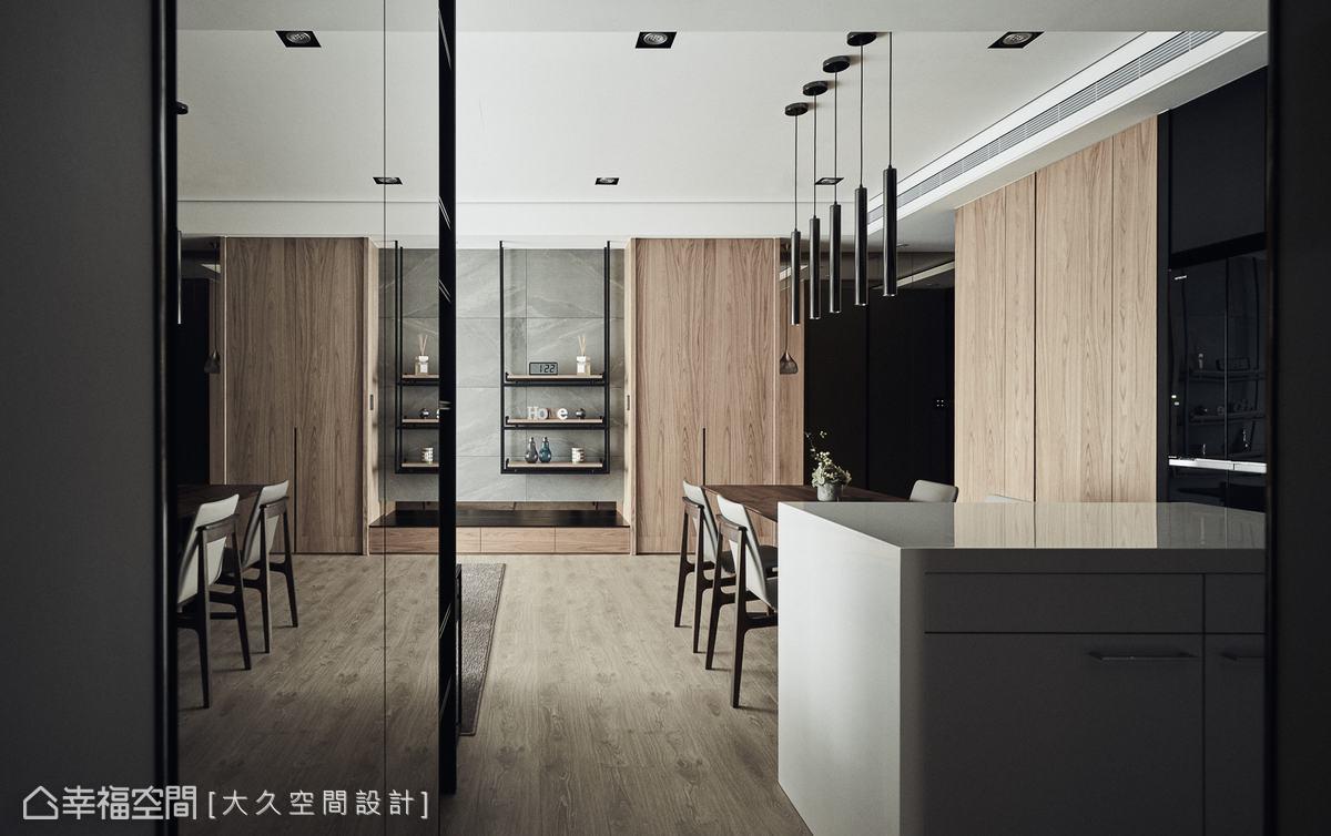 由茶鏡延伸的廊道,放大空間的視覺效果,隱藏門的設計更修飾把手的瑣碎感,完整了空間的一致性。