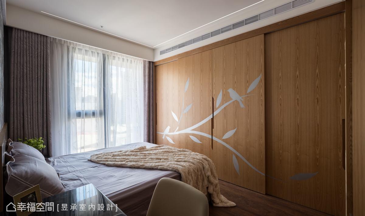 利用主臥床尾的橫拉門衣櫃設計,將通往主浴的出入口隱藏在門片之後,讓機能隱於無形,也創造出別有洞天的空間驚喜。