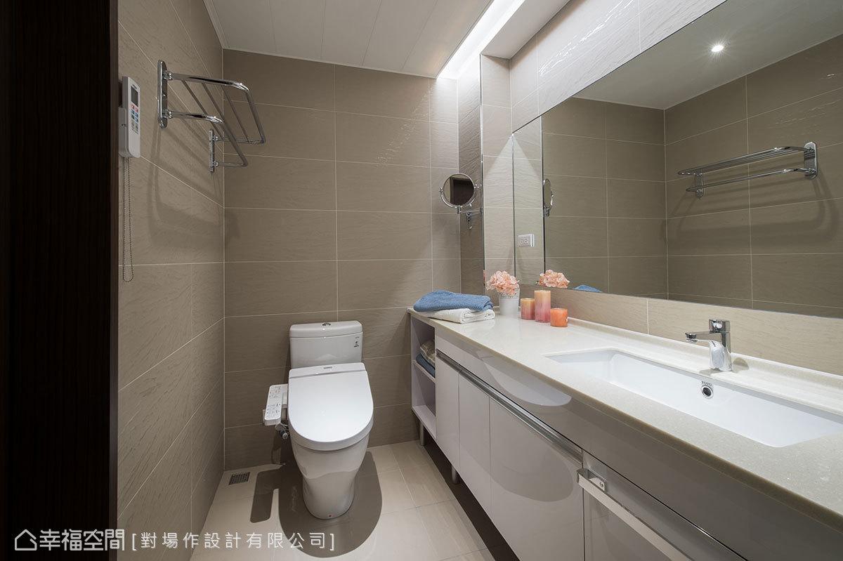 對場作設計拆除浴缸後,調整衛浴設備面向,擴充洗手台機能,大大提升收納空間。