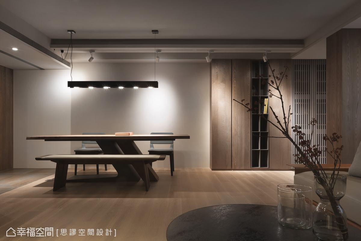批土加沙再上漆營造樸質富肌理的壁面,餐桌吊燈呼應特殊色壁面,讓餐敘空間別具人文質感。