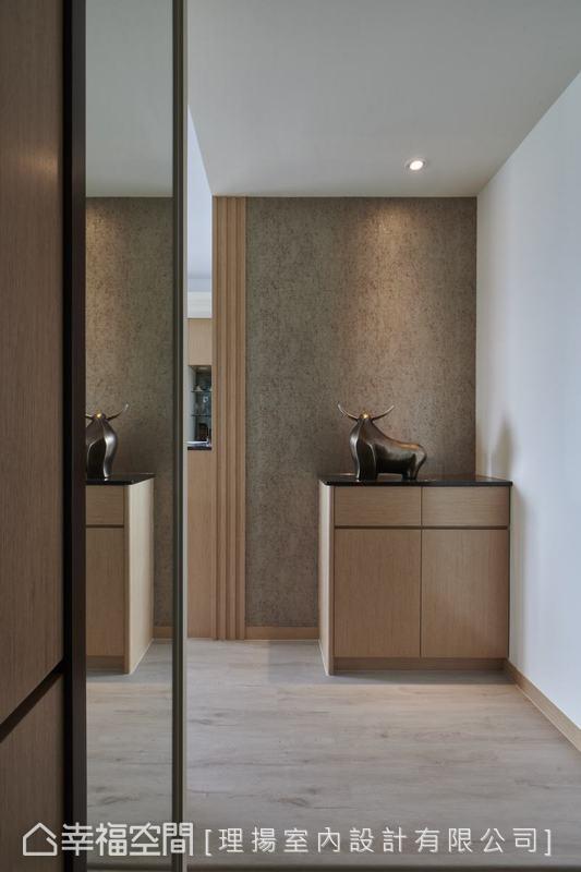 入門玄關處以俐落的線條穿透視角,在內斂的木質基調中釋放靜緩的氛圍,為屋主夫妻兩重塑屋內的幸福空間。