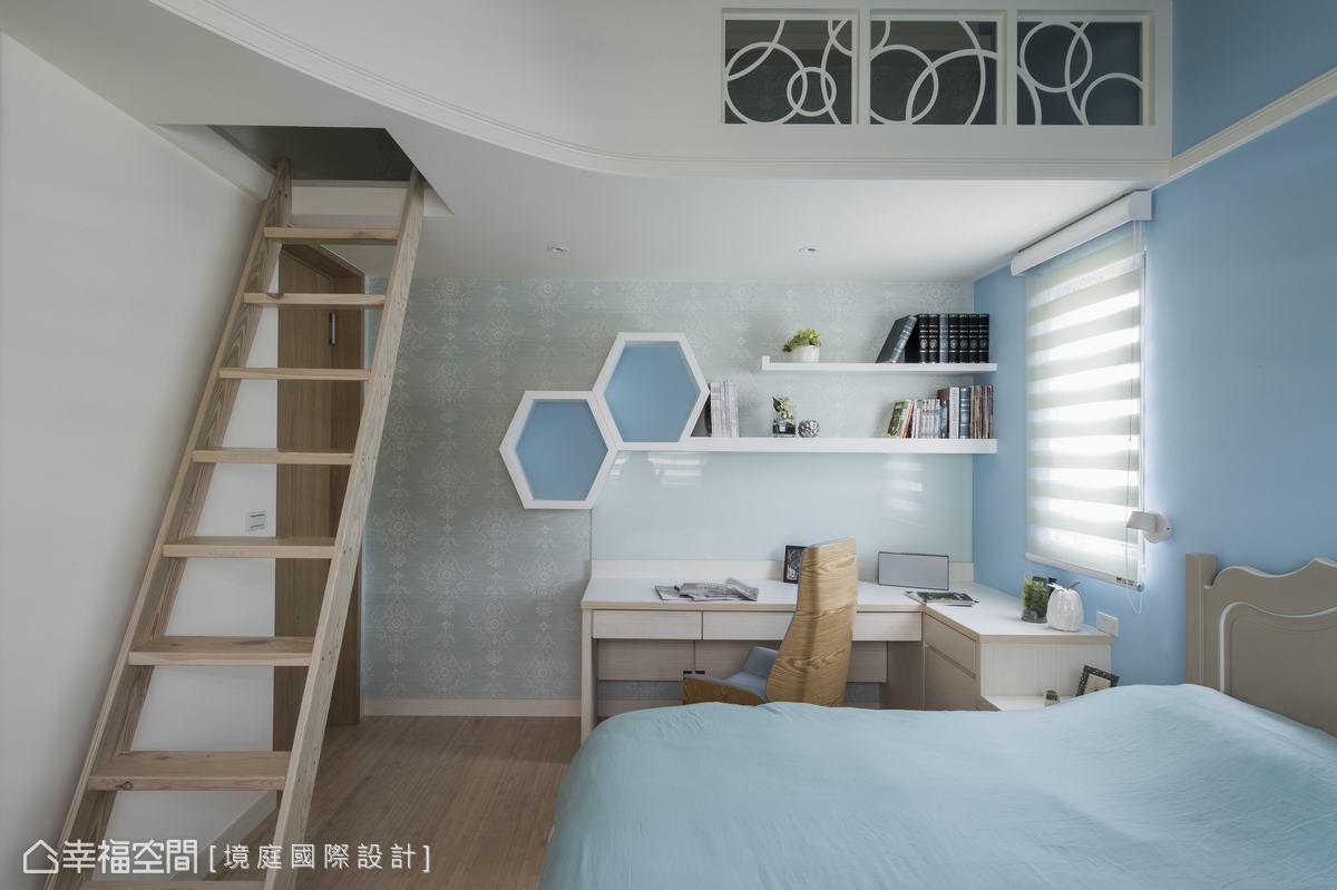 小閣樓用弧形的線條修飾,欄杆部分以鏤空弧線線條消弭壓迫感,也與更衣室門片的造型相互呼應。