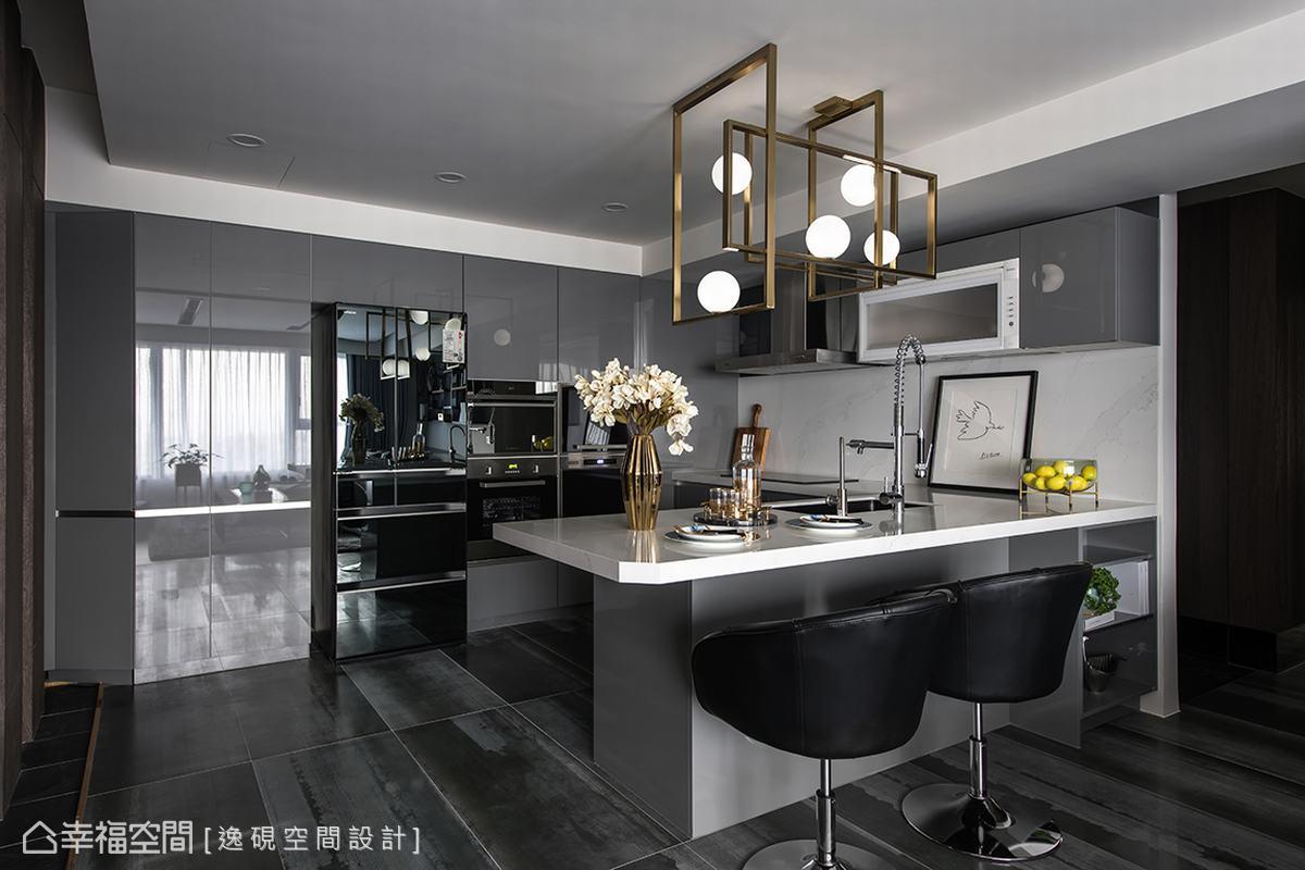 陳佳儒設計師為重視小孩飲食的屋主設計了兼具美感與實用性的餐廚空間,歐洲進口的廚具與帶著金屬光澤進口地磚攜手營造出最美的用餐時光。