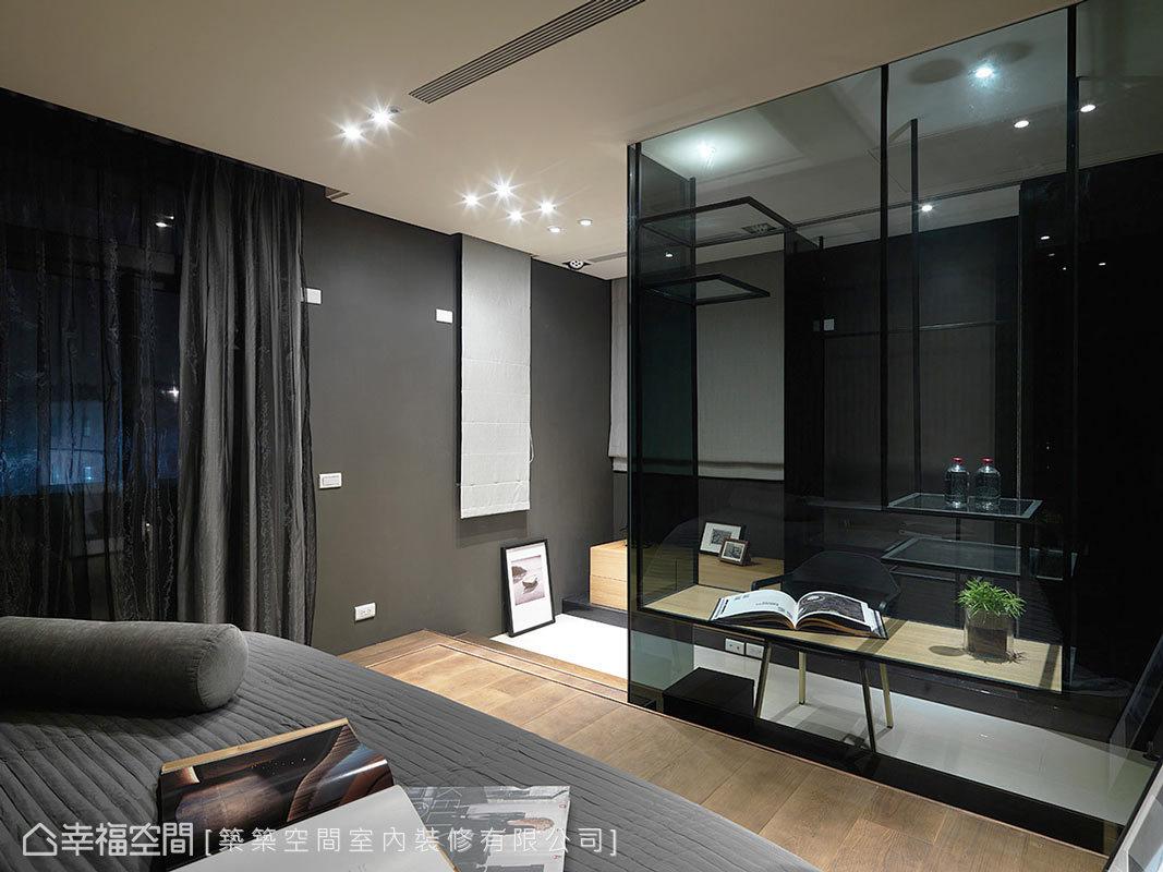 小孩房的書桌配置,迥異於既定的靠牆規劃,透過轉向及穿透感的玻璃,營造彷彿精品旅店的設計感。