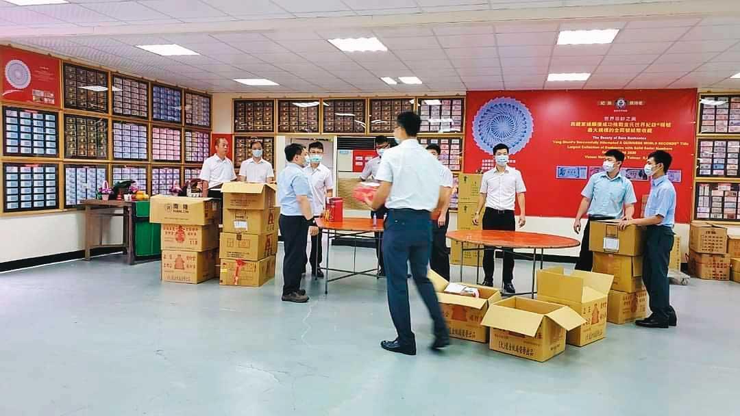 軍情局蔣姓人事主任帶領多名下屬,為局長搬運法會供品。(翻攝道教總會臉書)