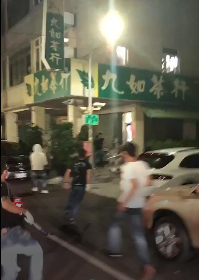 多名男子下車持棍棒衝向茶行,準備犯案。(翻攝畫面)