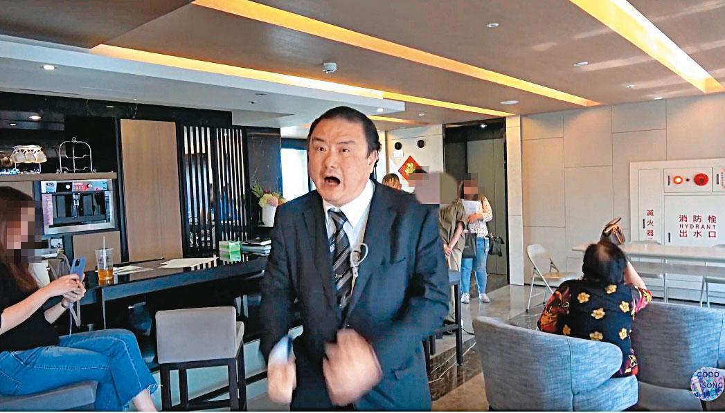 劉承武在社區點交會議上暴跳如雷,並失控對住戶大聲咆哮。(翻攝YouTube)