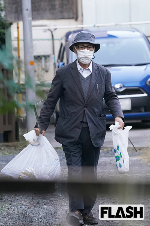 宮崎駿月初在住處附近撿垃圾,表示並沒有看過《鬼滅》。(翻攝自FLASH週刊)