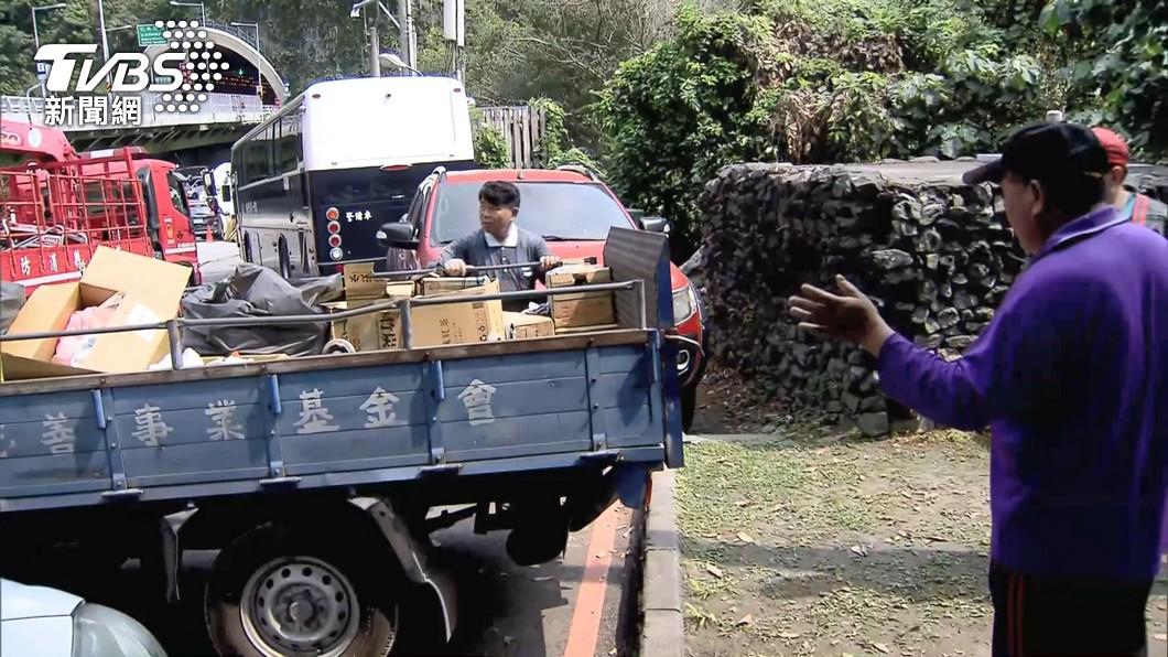 援助太魯閣號救難人員 慈善團體貼心備冰水、運動飲料降溫