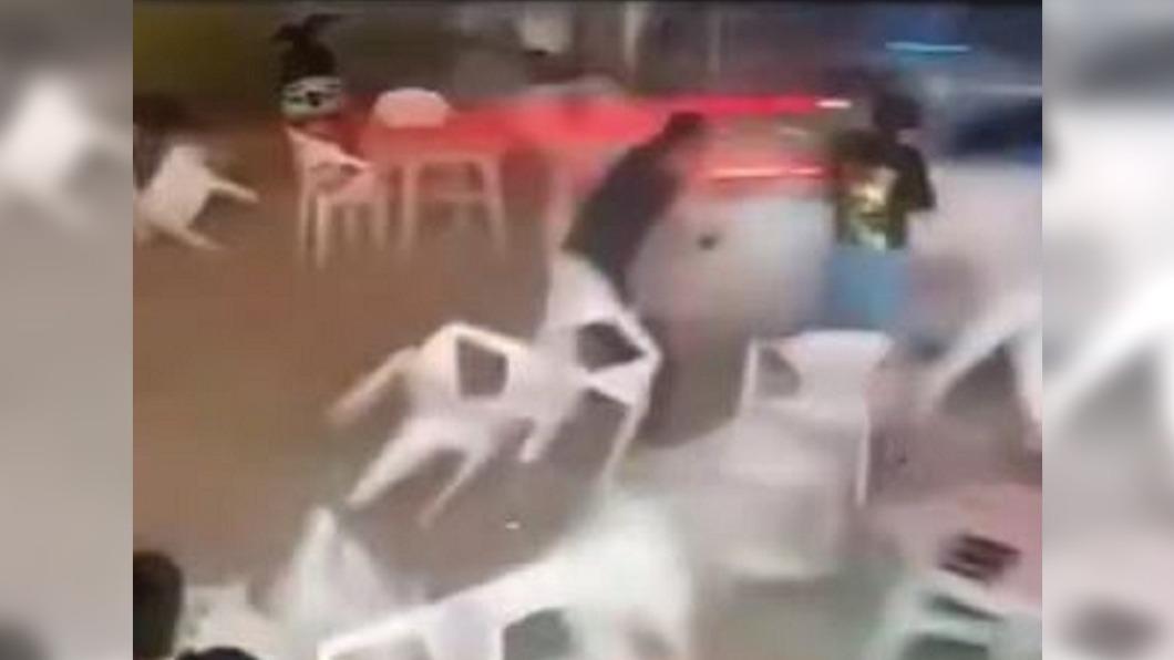 秒被噴飛!汽車突衝進夜市 撞倒用餐民眾 - Yahoo奇摩新聞