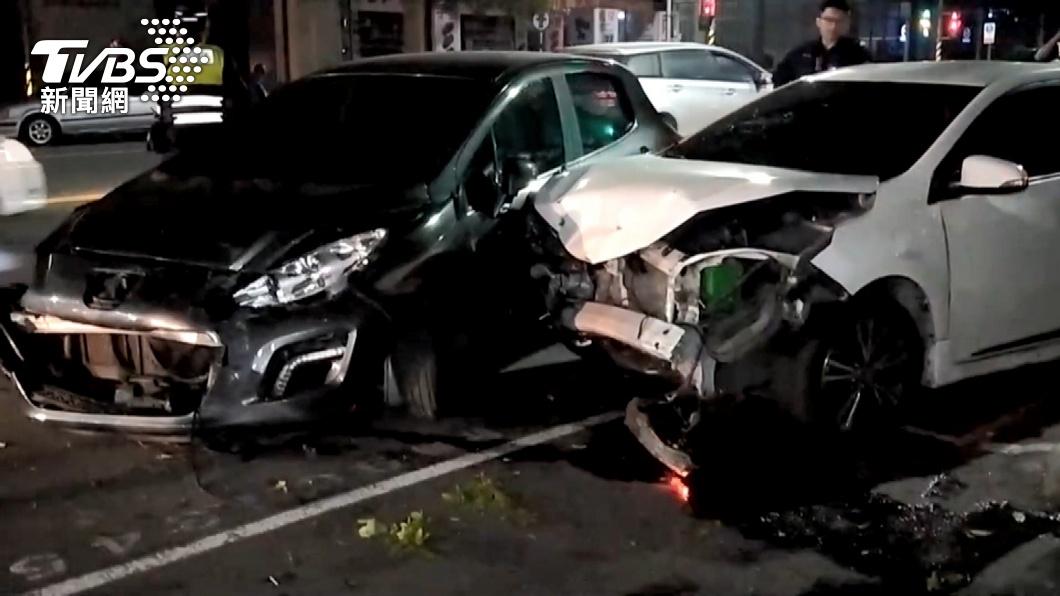 飆速拒檢!車上藏百包毒咖啡 逆向撞車落網