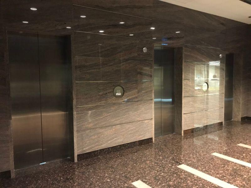 ▲室內牆與電梯牆「共壁」,共用的那道牆壁通常結構較厚實。(圖/NOWnews資料照片)